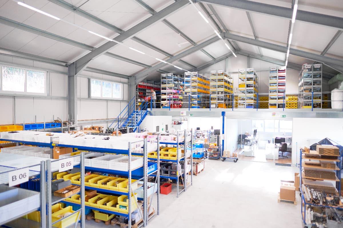 Das CNC BOTE Ersatzteillager mit Elektronikwerkstatt